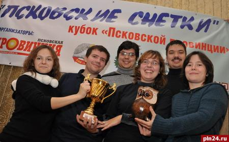 Победители с кубком. Фото Псковской ленты новостей