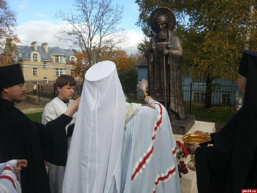 Памятник преподобному Корнилию Псково-Печерскому