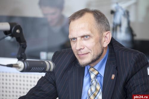 На фоне пассивности лидеров областного отделения СР на первый план постепенно выходит Евгений Самуйлов - депутат, блогер и специалист в области PR, неплохо понимающий, по каким принципам взаимодействуют масс-медиа и участники политпроцесса