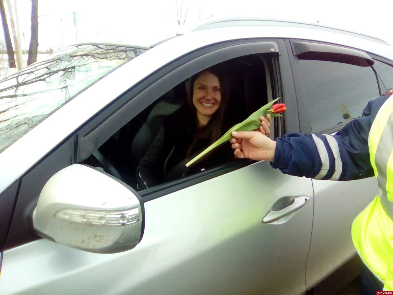 СВосьмым Марта вТвери поздравили женщин-водителей