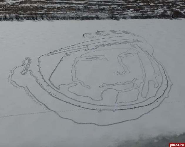Немалый портрет Юрия Гагарина создан нальду озера Велье вПсковской области