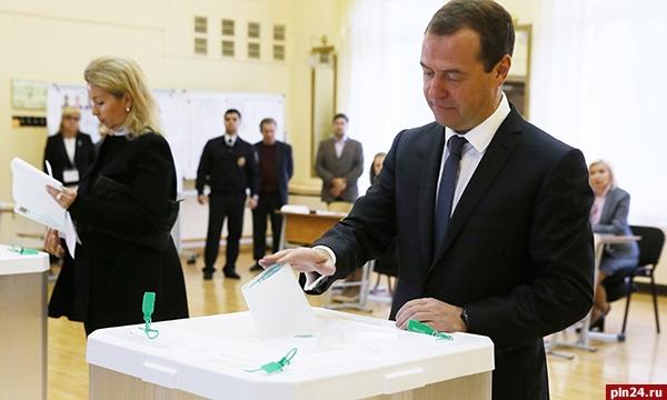 Путин поздравил Медведева сднем рождения