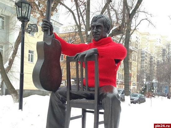 Воронежцы надели на монумент Высоцкому свитер 94 размера
