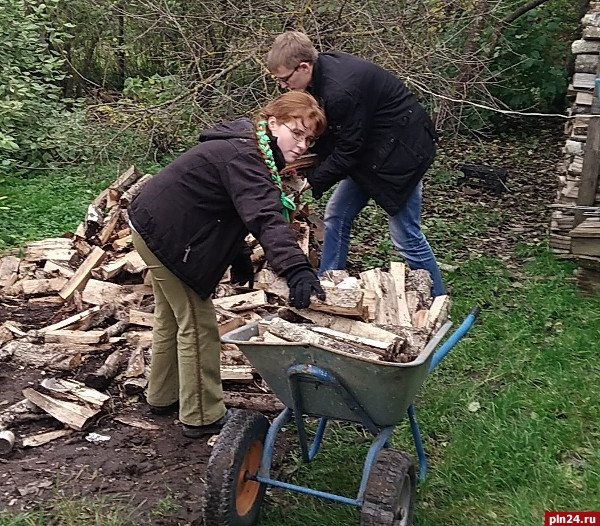 Волонтеры профсоюзного тимуровского отряда продолжают оказывать помощь пенсионерам Псковской области