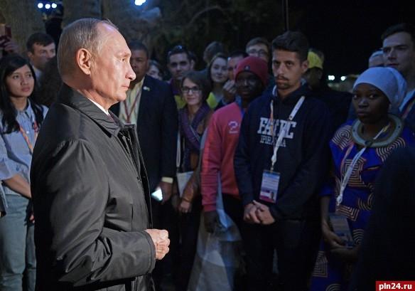 Путин позволил переволновавшемуся студенту изНигерии «ущипнуть» себя