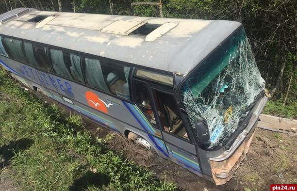 Автобус из петербурга попал в дтп под псковом