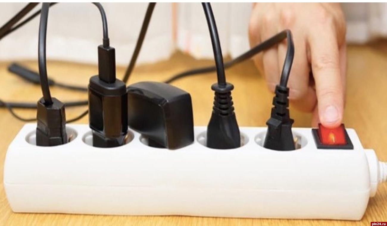 Пожар неминуем: специалисты не советуют оставлять зарядное устройство телефона врозетке