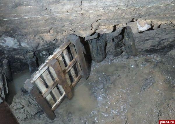 [Псков] Остатки четырех дворов XV-XVI вв обнаружены рядом с Поганкиными палатам