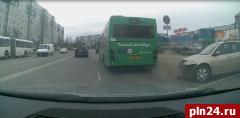 Опубликовано видео ДТП с участием«Умногоавтобуса» в Пскове