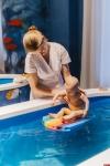 Родителей с детьми от 1,5 месяцев до года приглашают на занятия по грудничковому плаванию в «Простории»