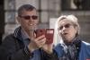 Псковича, подобравшего забытые банковские карты и мобильник, подозревают в краже