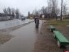 В Пскове установили скамейки на временной автобусной остановке маршрута № 3