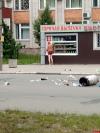 Полуголый мужчина гуляет по Пскову