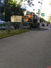 Эвакуатор наехал на дорожное ограждение на Вокзальной в Пскове