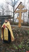 У храма Александра Невского в Пскове освятили новый поклонный крест