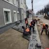 На Октябрьском проспекте Пскова укладывают тротуарную плитку. ФОТО