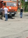 Фотофакт: На одной из улиц Пскова под грузовиком провалился асфальт