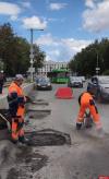 Ямочный ремонт ведется на Ольгинском мосту в Пскове