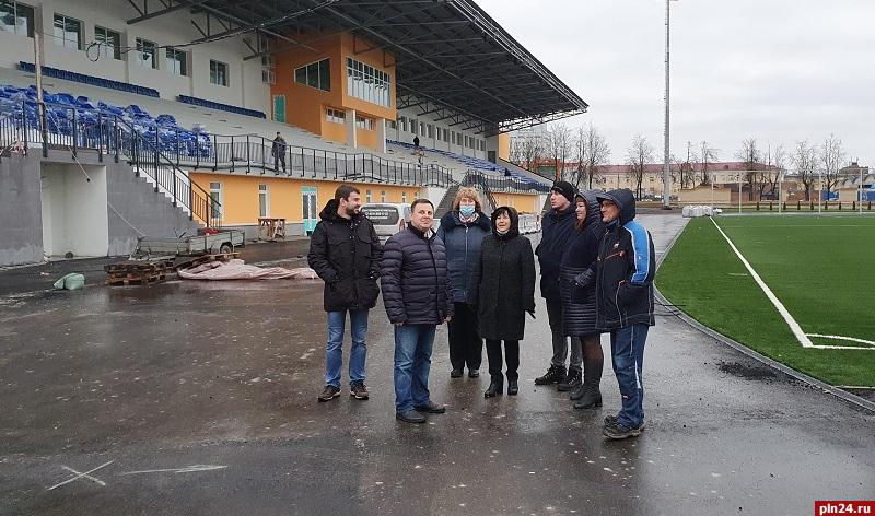 На стадионе «Машиностроитель» в Пскове установили большой экран